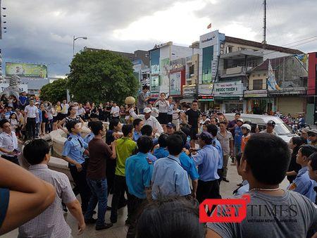 Da Nang: Hang tram nguoi cam bang ron, gay nao loan truoc cong Big C - Anh 3
