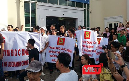 Da Nang: Hang tram nguoi cam bang ron, gay nao loan truoc cong Big C - Anh 4
