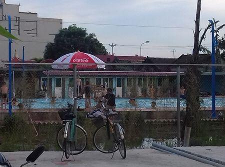 Ha Noi: Be boi va cay xang khong phep ngang nhien moc duoi chan cot dien cao the? - Anh 2