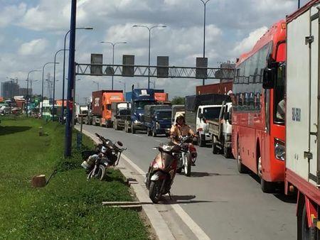 TP HCM: Container 'lua' hang loat phuong tien tren xa lo Ha Noi - Anh 3