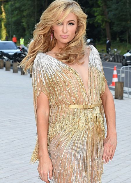 Paris Hilton pho vong ba trong vay mong - Anh 1