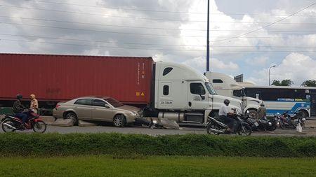 Lac tay lai, xe container tong hang loat xe may dang cho den do - Anh 1