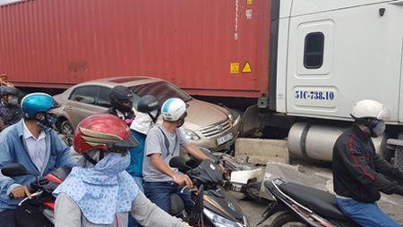 Lac tay lai, xe container tong hang loat xe may dang cho den do - Anh 2