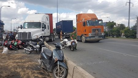 Lac tay lai, xe container tong hang loat xe may dang cho den do - Anh 3
