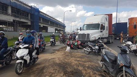 Lac tay lai, xe container tong hang loat xe may dang cho den do - Anh 6