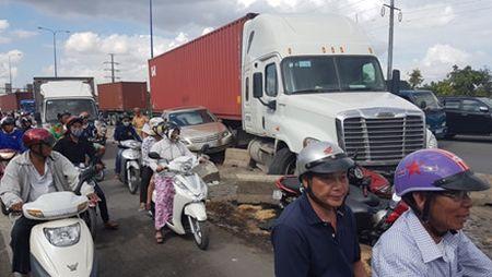 Lac tay lai, xe container tong hang loat xe may dang cho den do - Anh 7