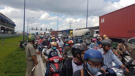 Lac tay lai, xe container tong hang loat xe may dang cho den do - Anh 8