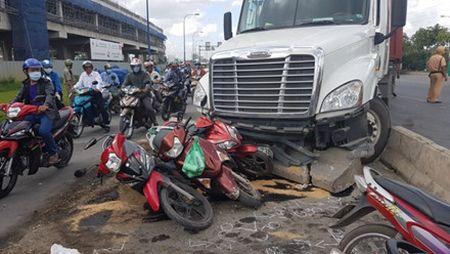 Lac tay lai, xe container tong hang loat xe may dang cho den do - Anh 9