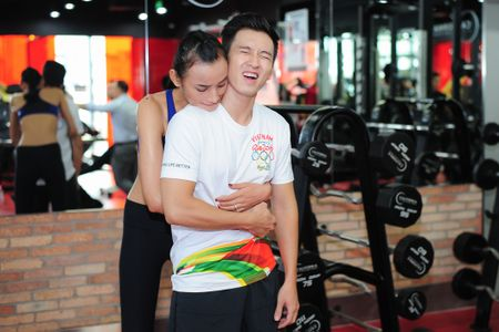 Le Thuy cung chong luyen tap suc khoe - Anh 3