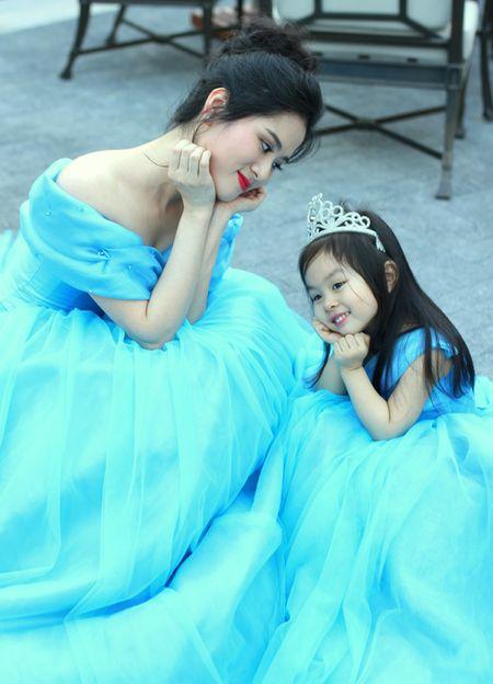 Chuyen chua ke ve MC xinh dep lay chong hon 20 tuoi - Anh 1