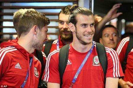 Gareth Bale va dong doi rang ro ngay ve nuoc - Anh 1
