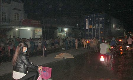 Xe container can chet nam thanh nien o Binh Duong - Anh 1