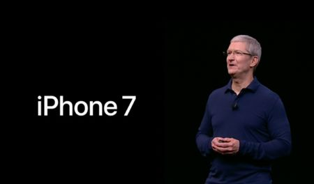 iPhone 7 ra mat voi kha nang chiu nuoc, may anh kep va khong co cong tai nghe - Anh 1