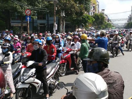 TP Ho Chi Minh : Ket xe hon 4 tieng, nguoi dan khon kho duoi nang gat. - Anh 2