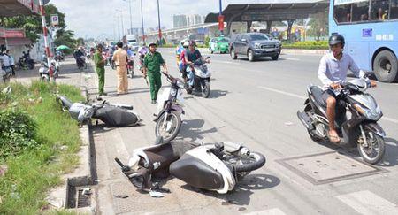 TP Ho Chi Minh: Oto bat ngo tong nhieu xe may tren xa lo Ha Noi - Anh 2