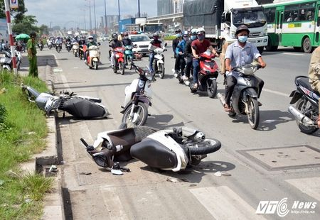 Oto 5 cho ui vang hang loat xe may tren xa lo Ha Noi - Anh 1