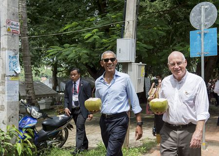 Ong Obama uong nuoc dua tren pho o Lao - Anh 6