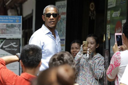 Ong Obama uong nuoc dua tren pho o Lao - Anh 7