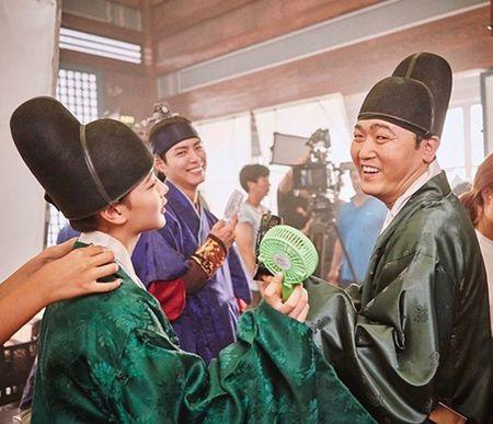 Sao Han 8/9: Suzy tinh tu Kim Woo Bin, Seung Ri 'dan mat' vao my nu - Anh 6