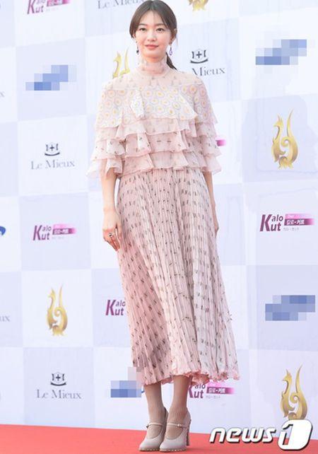 Kpop style 8/9: Min Ah, Hyeri dua nhau khoe lung tran sexy - Anh 6