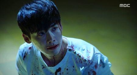 "Hai the gioi tap 14: Lee Jong Suk tim cach ""trieu hoi"" nguoi yeu tu coi chet - Anh 3"