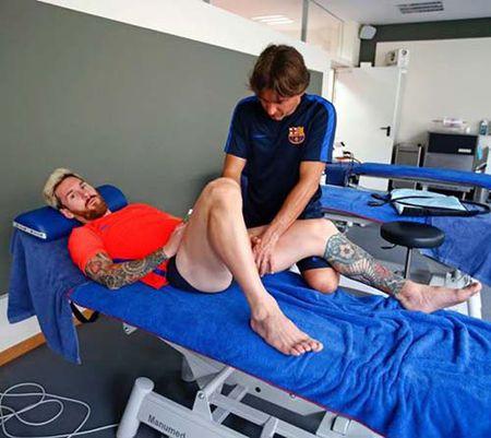 Tin HOT sang 8/9: Messi tro lai tap luyen - Anh 1