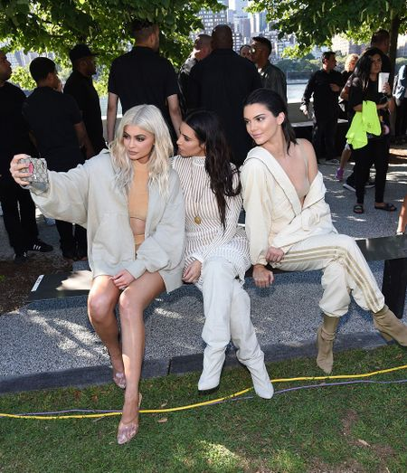 Chi em nha Kim Kardashian do sac hut hon khi di xem thoi trang - Anh 1