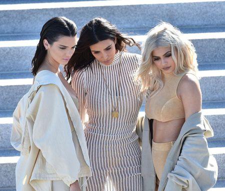 Chi em nha Kim Kardashian do sac hut hon khi di xem thoi trang - Anh 2