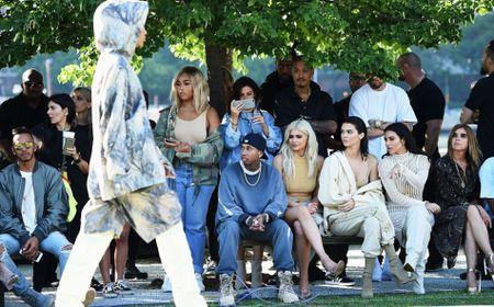 Chi em nha Kim Kardashian do sac hut hon khi di xem thoi trang - Anh 7