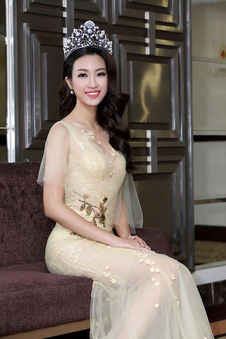 Hoa hau Do My Linh khoe nhan sac 'van nguoi me' trong lan dau di su kien - Anh 7