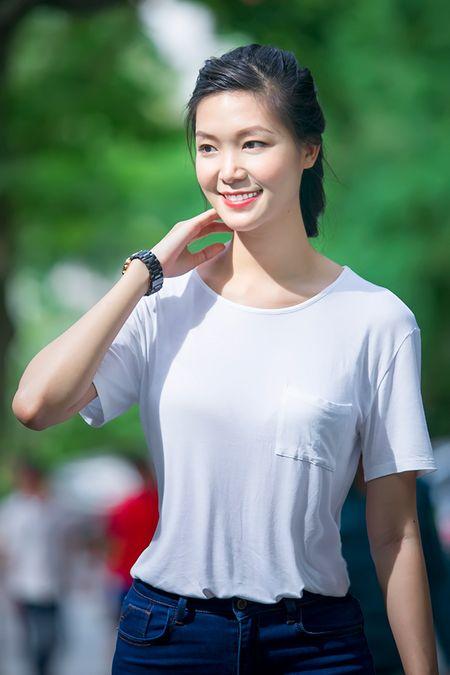 Hoa hau Thuy Dung khong kim duoc nuoc mat khi trao qua tu thien cho benh nhi - Anh 1