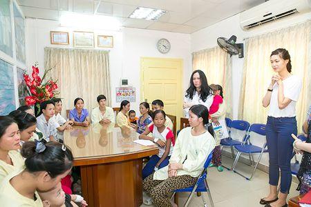Hoa hau Thuy Dung khong kim duoc nuoc mat khi trao qua tu thien cho benh nhi - Anh 3