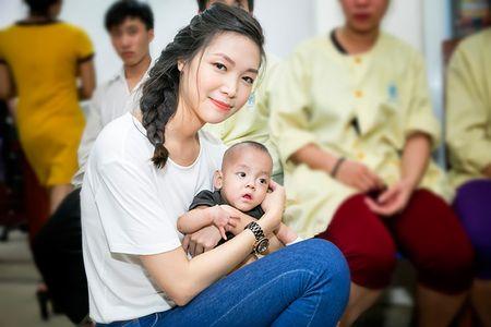 Hoa hau Thuy Dung khong kim duoc nuoc mat khi trao qua tu thien cho benh nhi - Anh 5