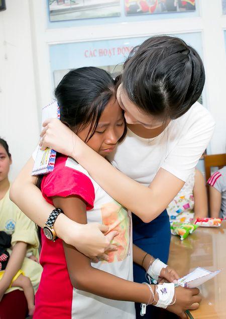 Hoa hau Thuy Dung khong kim duoc nuoc mat khi trao qua tu thien cho benh nhi - Anh 6