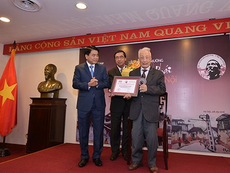 Hai nguoi nuoc ngoai duoc giai thuong Vi tinh yeu Ha Noi - Anh 1