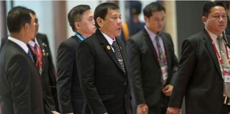 Tong thong Obama gap mat ong Duterte sau khi bi xuc pham - Anh 1