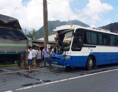 Trao giai thuong Vo Lang Vang cho tai xe 'diu' xe khach mat thang - Anh 1