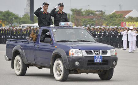Canh sat co dong pho dien dan phuong tien hung hau - Anh 14