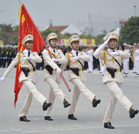 Canh sat co dong pho dien dan phuong tien hung hau - Anh 1