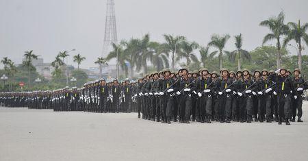 Canh sat co dong pho dien dan phuong tien hung hau - Anh 2