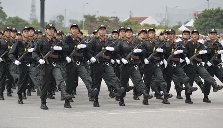 Canh sat co dong pho dien dan phuong tien hung hau - Anh 3