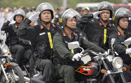 Canh sat co dong pho dien dan phuong tien hung hau - Anh 8