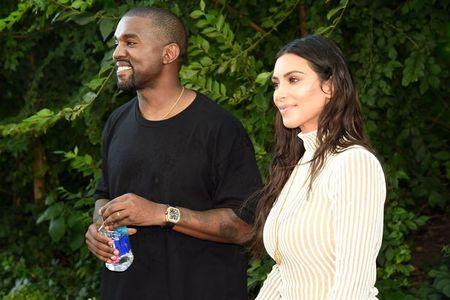 Nguoi mau cua Kanye West ngat xiu, truot chan tren san dien - Anh 11