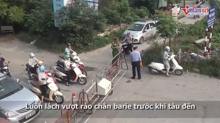 Thot tim quy co Ha thanh luon lach vuot chan tau - Anh 1