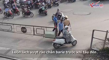 Thot tim quy co Ha thanh luon lach vuot chan tau - Anh 2