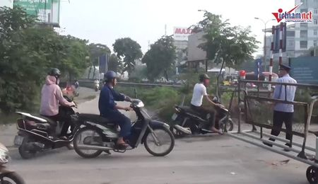 Thot tim quy co Ha thanh luon lach vuot chan tau - Anh 3