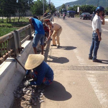 CSGT Binh Dinh doi nang cung dan quet duong, dam bao ATGT - Anh 2
