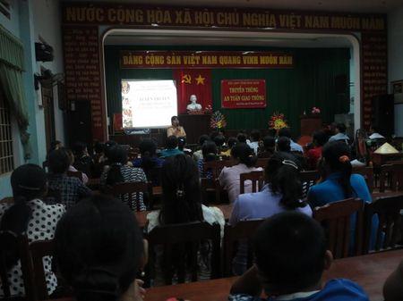 Phu nu Binh Dinh tuyen truyen ATGT bang nghe thuat san khau - Anh 1