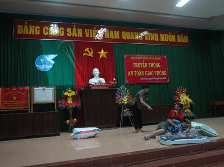 Phu nu Binh Dinh tuyen truyen ATGT bang nghe thuat san khau - Anh 2
