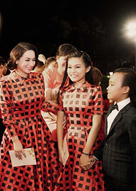 Phi Nhung trao cup Ca si an tuong VTV Awards cho con nuoi Ho Van Cuong - Anh 1